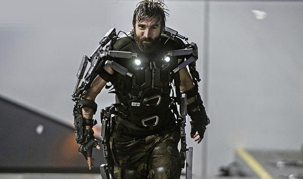 Evil bad guy Kruger (Sharlto Kopley ) : What you get when mash-up Daniel Day Lewis and Robocop!